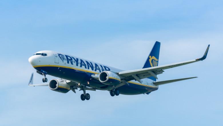 Avion Ryanair la aterizare, aeronavă, zbor, cursă aeriană, călătorii, turism, destinații