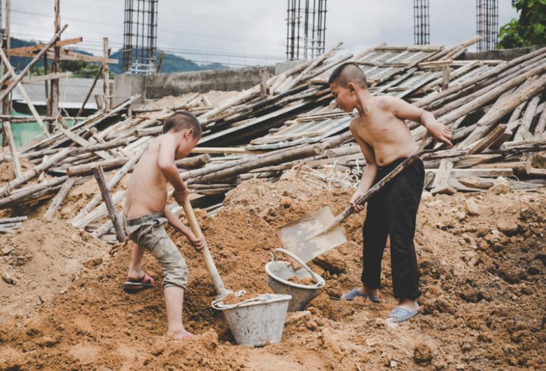 Exploatarea prin muncă a copiilor, abuzuri pe șantier