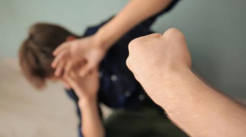 Violență în școli, elev bătut, agresor, bătăuș, profesor lovește elev, lovire, bullying