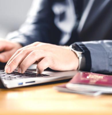 Computer, laptop cu pașaport de călătorie cu vize, viză de destinații de concediu, turism