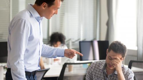 Șef, patron, director, manager își ceartă sau discriminează angajatul la muncă, serviciu, job, frustrări, nervi, tensiune la birou