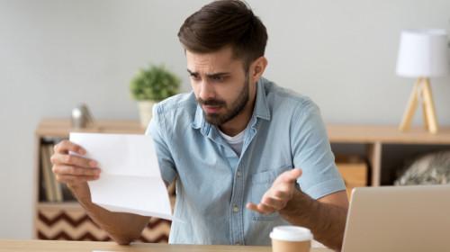 Facturi mari, cheltuieli, bani, documente, acte, supărat, îngrijorat, hârtii