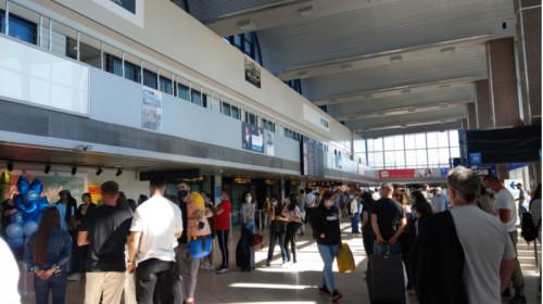 Aeroportul Otopeni plin de pasageri, zboruri, avioane, călătorii, transport aerian, check-in