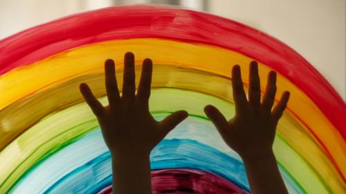 LGBTQI homosexuali, lesbiene la grădiniță sau școală cu curcubeu, poponari