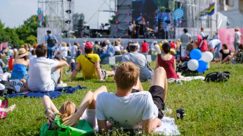 Eveniment cu concert sau spectacol de distracție și relaxare cu distanțare socială între tineri petrecăreți de show muzical