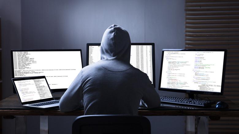 Hacker, infractori cibernetici, phishing, fraudă online, atacator pe internet