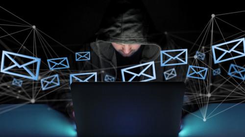 Hacker care atacă cibernetic mesaje de email online cu phishing și fraudă pe internet