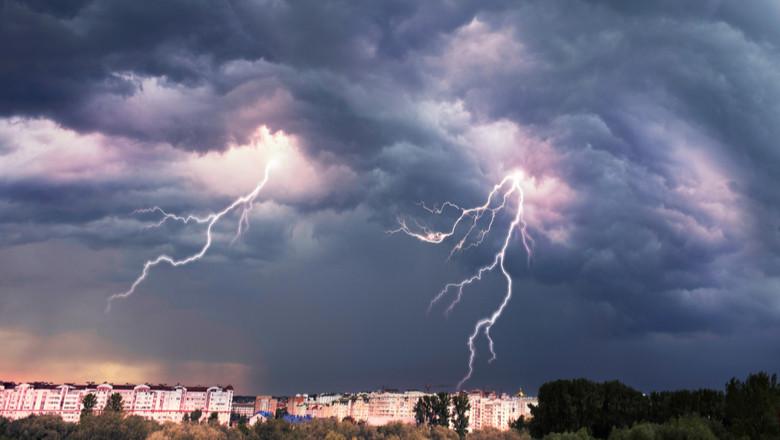 Vijelie, furtună, ploi torențiale, averse, nori, fulgere, descărcări electrice, ploaie, tunete, vreme rea