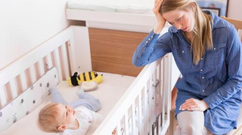 Mamă obosită de bebelușul ei, nu are somn, e frântă, copilaș, infant în pătuț
