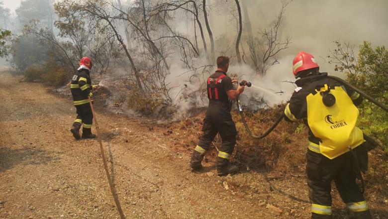 Pompieri români sting incendiile din Grecia, Evia