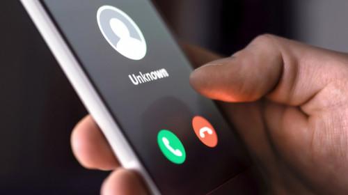 Apel de fraudă pe telefonie mobilă cu număr necunoscut pe smartphone