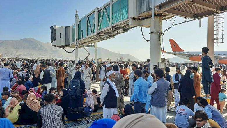 Afgani la aeroportul din Kabul, criză cu invadarea talibanilor în Afganistan