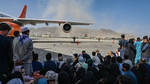 Afgani așteptând să fugă din Afganistan pe aeroportul din KAbul