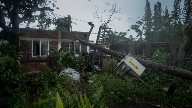 Uraganul Grace care a lovit Mexicul, stâlp de tensiune căzut peste casă, furtună tropicală, vreme rea