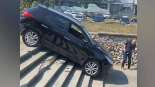 Șofer coboară cu mașina treptele unui parc din Constanța