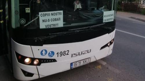 Autobuz cu afișe antivaccinare COVID-19