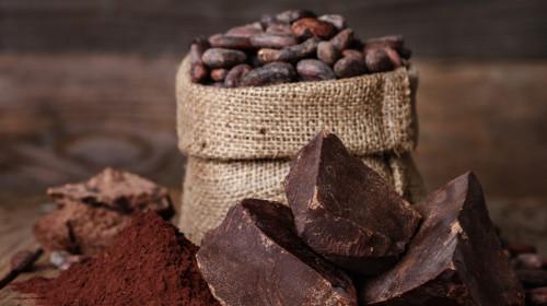 Boabe și pudră de cacao lângă ciocolată, alimente, dulciuri