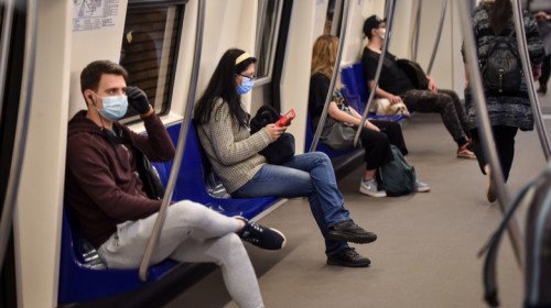 Oameni în metrou cu mască de coronavirus, COVID-19, transport subteran, Metrorex, călători