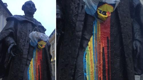 Statuia lui Samuel von Brukenthal cu vopsea tricoloră