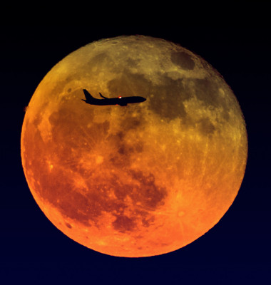 Airplane,Passes,By,The,Full,Super,Moon,,Guangzhou,,China
