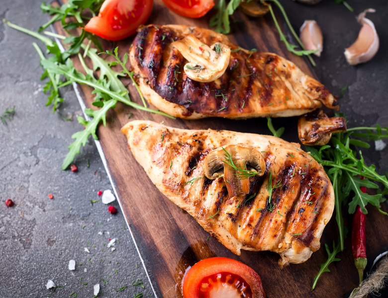 Healthy,Food,-,Grilled,Chicken,With,Vegetables,On,A,Wooden
