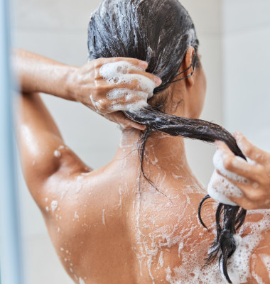 Close,Up,Of,Naked,Lady,With,Wet,Hair,Taking,Shower