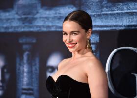 Emilia Clarke intr-o rochie neagra fara umeri la premiera Game of Thrones