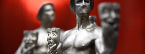 prim plan cu doua statuete de la premiile sindicatului actorilor americani