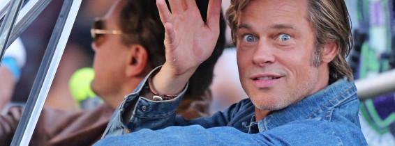 Brad Pitt si Leonardo DiCaprio intr-o masina pe platourile de filmare de la once upon a time in hollywood