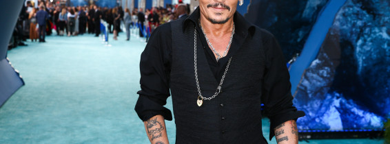 "johnny depp cu mainile in buzunar la premiera ""Pirates Of The Caribbean: Dead Men Tell No Tales"""