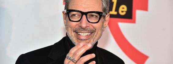 jeff goldblum intr-un costum negru cu ochelari la ochi la premiera filmului Isle of Dogs