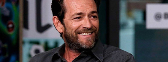 luke perry cu barba zambeste