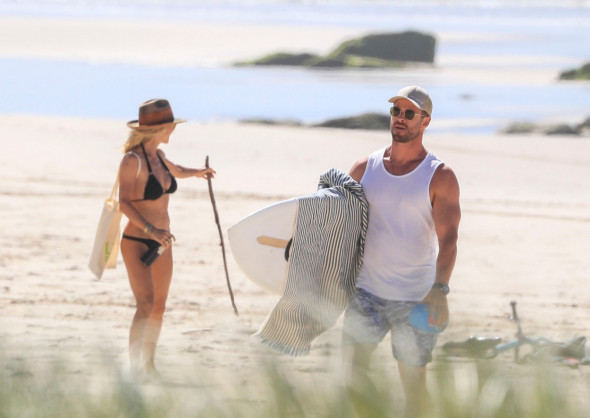 EXCLUSIVE: *NO DAILYMAIL ONLINE* Chris Hemsworth And Wife Elsa Pataky Enjoy Some Exercise At A Quiet Beach In Byron Bay, Australia