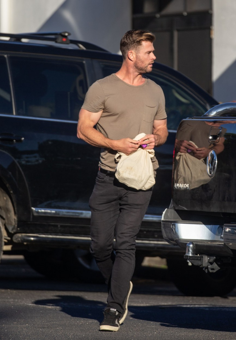 EXCLUSIVE: *NO DAILYMAIL ONLINE* Mr Muscle! Chris Hemsworth shows off his muscles in a tight t-shirt, spotted on an outing to the grocery store in Byron Bay