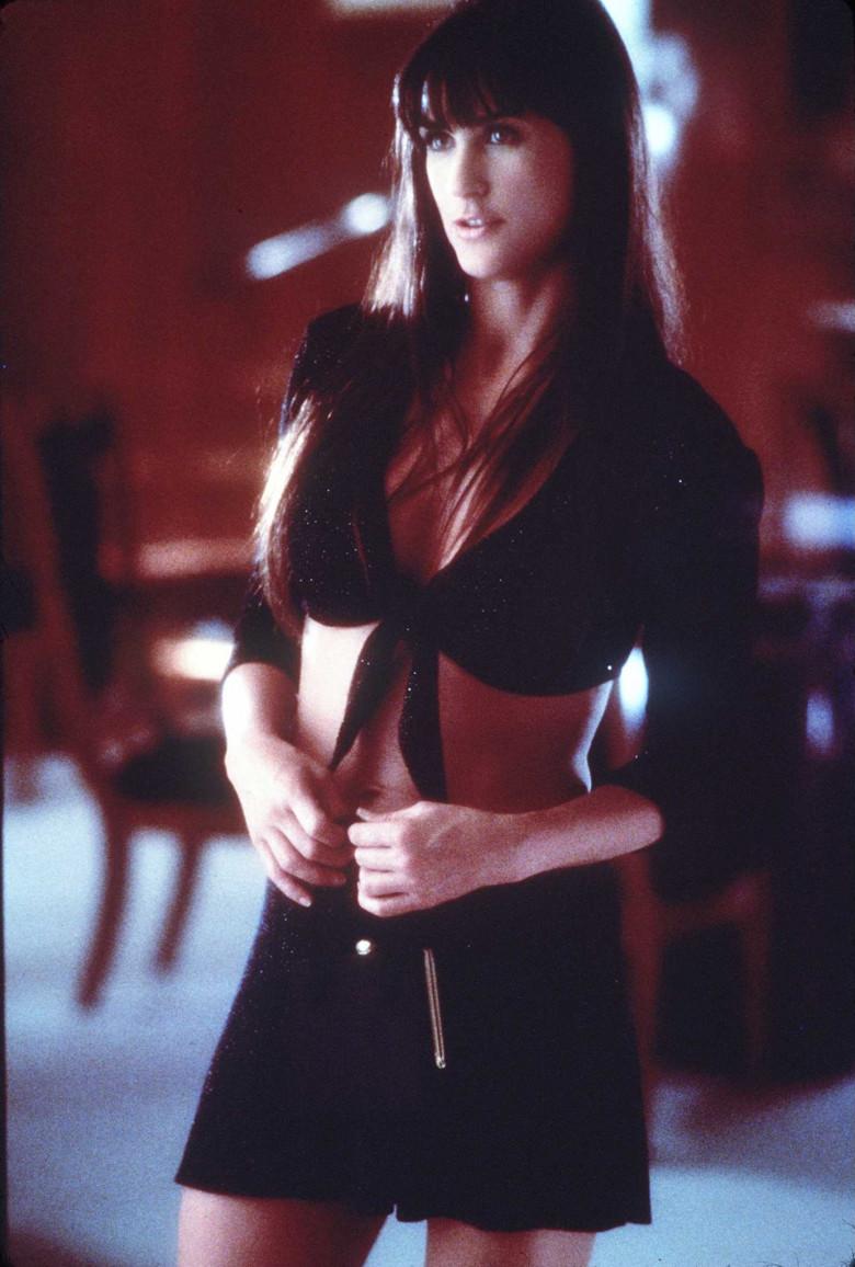 Demi Moore în rolul Erin Grant, în Striptease