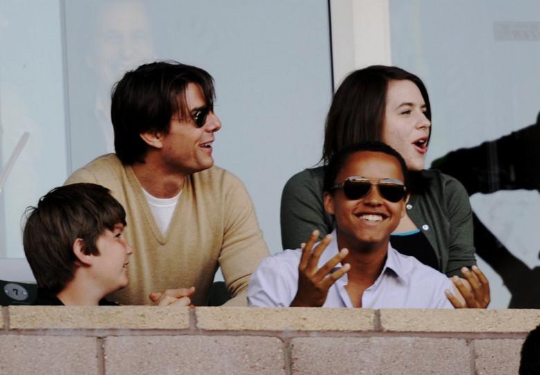 Tom Cruise, Connor și Isabella, în iulie 2009, la un meci, în Carson, California. Foto: Getty Images