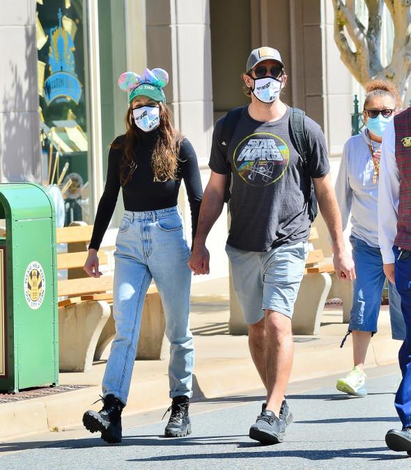 Shailene Woodley și Aaron Rodgers, la Disneyland