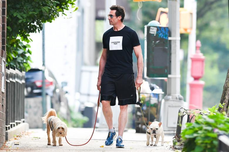 Hugh Jackman, surprins pe străzile din New York