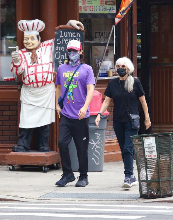 Jared Leto, surprins la plimbare cu mama lui