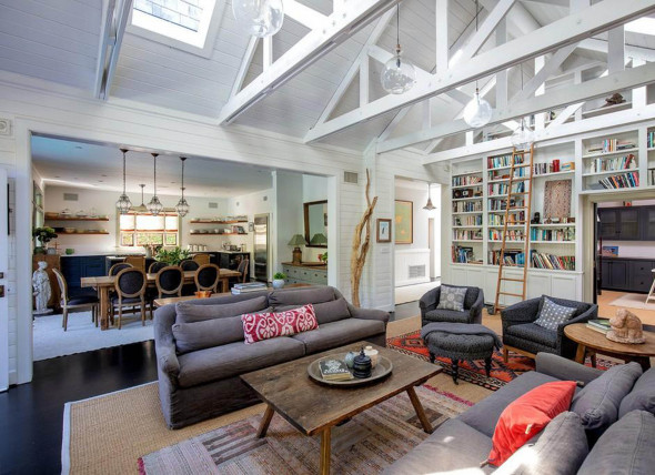 Actor Simon Baker is looking to sell his home in Santa Monica, California for $6.295 million.
