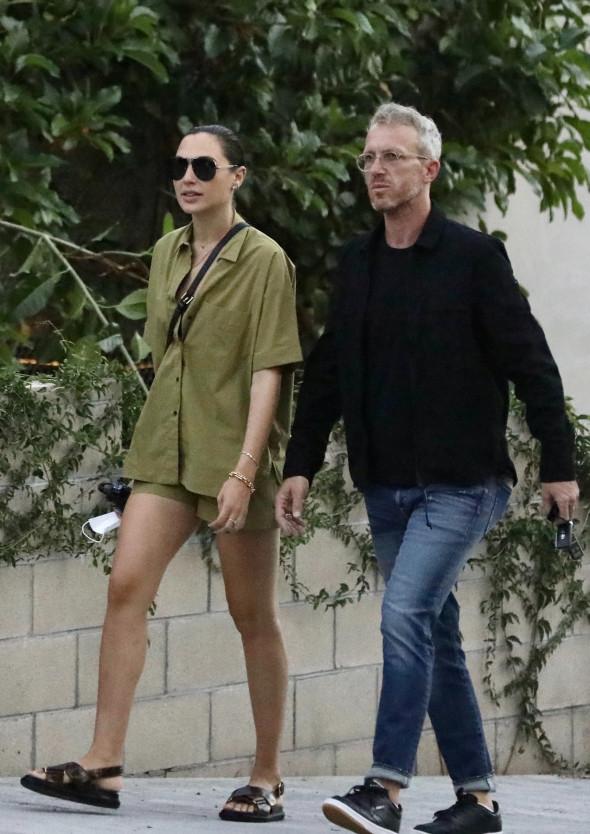 Gal Gadot, surprinsă la plimbare cu Yaron Versano pe străzile din Hollywood