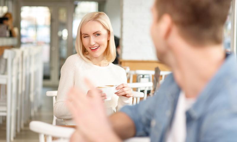 femeie care flirteaza