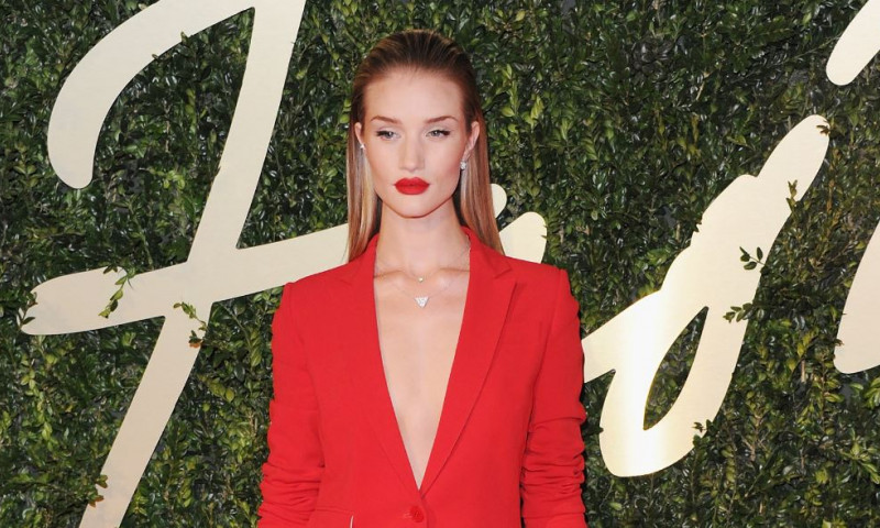 rosie huntington-whiteley imbracata in rosu