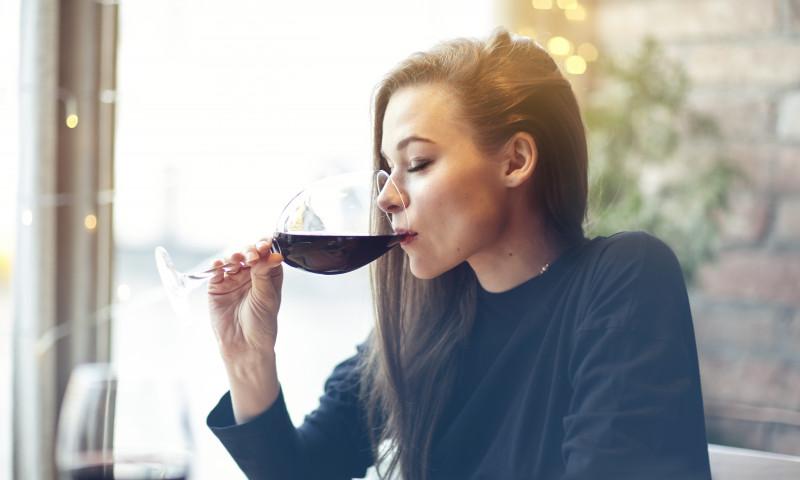 femeie vin alcool