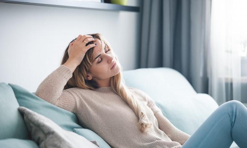 femeie oboseala canapea