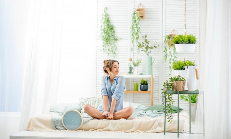 femeie plante apartament