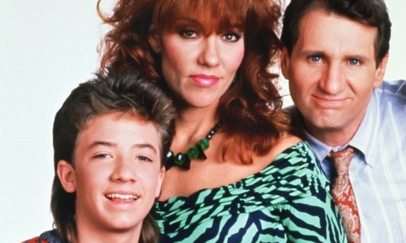 LIBRARY. USA. Katey Sagal , David Faustino , Christina Applegate and Ed O'Neill in the ©Fox Network TV series: Married with Children (1987-1997) . Plot: Al Bundy is a misanthropic women's shoe salesman with a miserable life. He hates his job, his wife