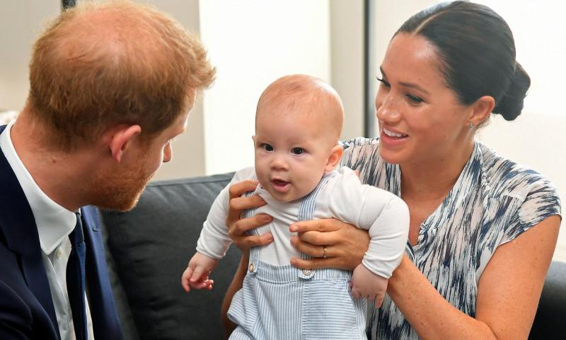 """Admiratorii lui Meghan Markle și ai prințului Harry, deranjați de poza aniversară cu micuțul Archie: """"Fața lui e top secret"""""""