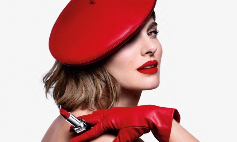 Natalie Portman, le visage de la marque pose pour la nouvelle campagne de rouge ŕ lčvres de Dior Beauty.