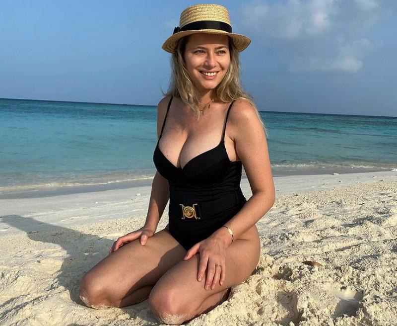 Laura Cosoi la plaja in Maldive, in costum de baie